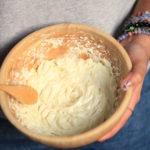 crème fouetté chantilly aérienne pour le corps dans un bol